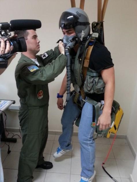 (Foto: Thiago Martins recebe orientações de um militar na Base Aérea de Parnamirim, perto de Natal/ Foto: Divulgação)