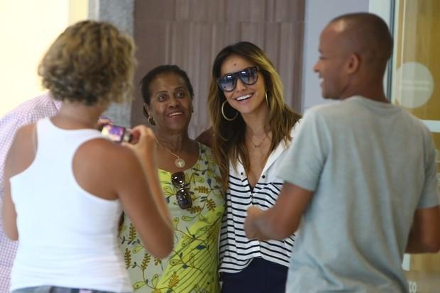 Sabrina é assediada em aeroporto (Foto: Marcello Sá Barreto/AgNews)