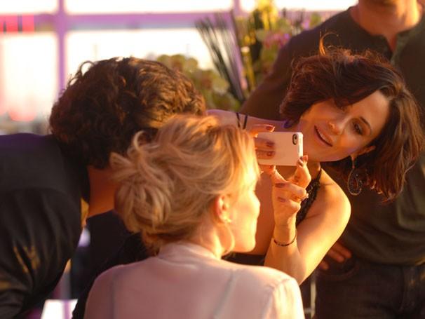 Guilhermina Guinle tira foto de Mariana Ximenes nos bastidores (Foto: TV Globo / Zé Paulo Cardeal)