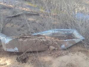 Caixões foram arrastados e cadáveres ficaram expostos (Foto: Maria das Mercês Oliveira)