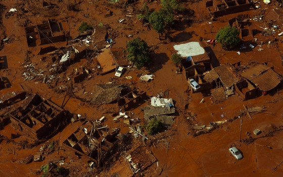 Vista do que sobrou de Paracatu de Baixo Minas gerais (Foto: Daniel Marenco / Ag. O Globo)