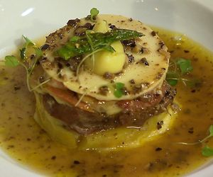 Língua com batata-doce, palmito, foie gras e trufas negras