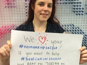 Campanha convocou usuários a postarem 'selfies' sem maquiagem e a fazerem doações (Foto: BBC/Reprodução)