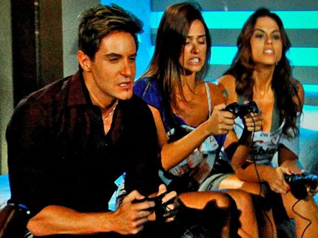 Olha o que eles estão fazendo! (Foto: Cheias de Charme / TV Globo)