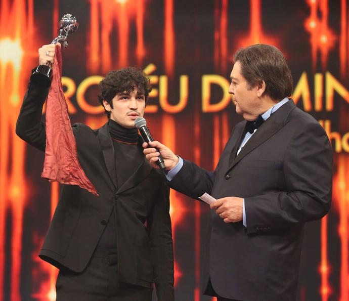 Gabriel Leone, no palco, fez sua homenagem a Domingos: 'Paizão'  (Foto: Carol Caminha / Gshow)