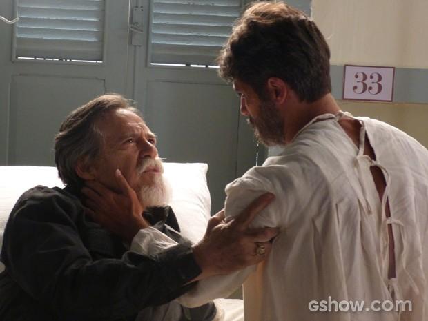 Franz pressiona pai sobre a verdade, mas suíço diz não poder revelar (Foto: Joia Rara/TV Globo)