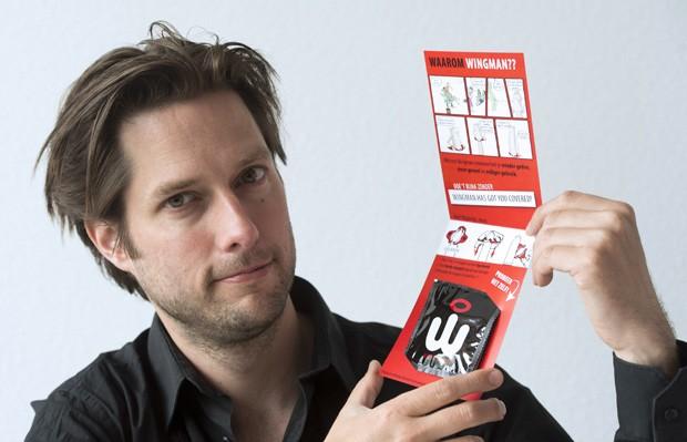 Paul Breur, diretor da companhia 'Wingman', mostra produto vencedor do prêmio IF Design 2014 na categoria saúde (Foto: Lex van Lieshout, ANP/AFP)