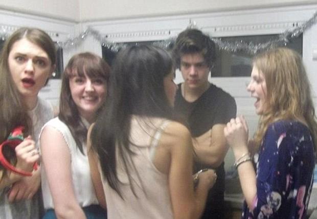 Harry Styles ao lado de um monte de meninas (Foto: Reprodução)