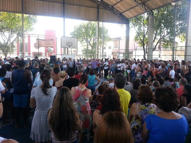 Dezenas de moradores compareceram a reunião no bairro do Macuco (Foto: Solange Freitas/TV Tribuna)