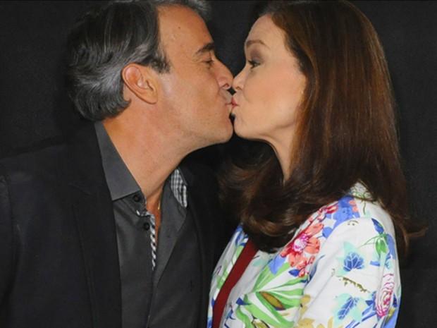 Alexandre Borges e Júlia Lemmertz comemoram os 20 anos de casamento (Foto: Domingão do Faustão/ TV Globo)