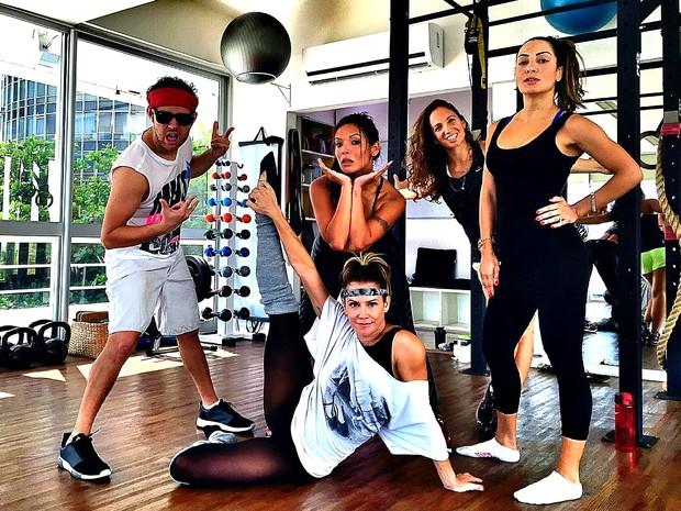 Deborah Secco, Carol Nakamura e amigas malham juntas (Foto: Reprodução / Instagram)