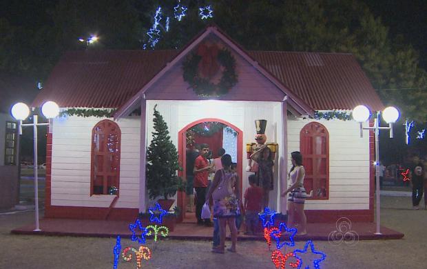 Praça Barão do Rio Branco ganhou casa do 'Papai Noel' (Foto: Amapá TV)