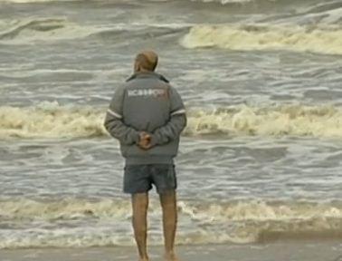 Padrastro do garoto estava na embarcação e aguarda por notícias (Foto: Reprodução RBS TV)