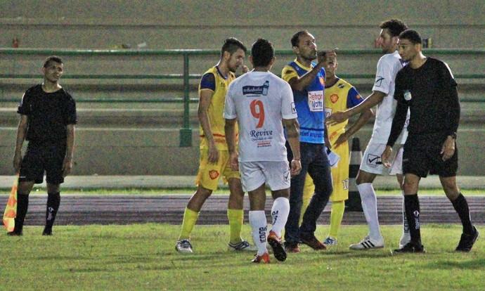 Técnico do GAS (camisa azul) é expulso pelo árbitro após reclamações (Foto: Imagem/Tércio Neto)
