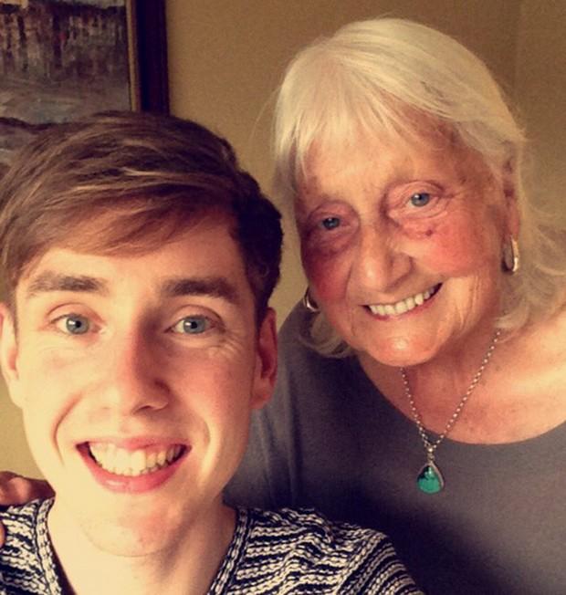 """ay Ashworth ganhou destaques nas redes sociais depois que seu neto Ben John postou no Twitter uma tela do Google com uma busca """"muito educada"""" feita pela avó (Foto: Reprodução/Twitter/Ben John)"""