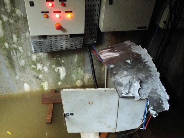 Alagamento teria sido provocado, mais uma vez, por uma pane elétrica. Disjuntor teria desligado, impedindo ativação das bombas de sucção que impedem remoção da água (Foto: Kety Marinho / TV Globo)