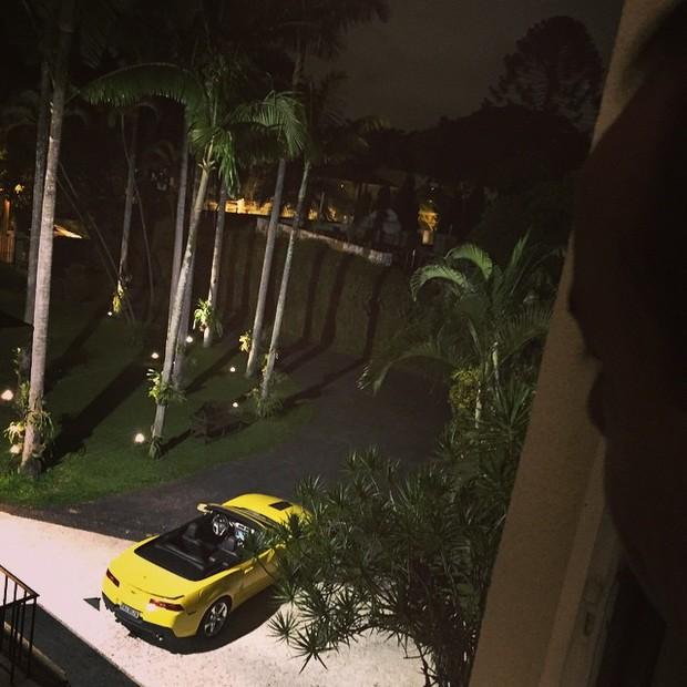 Camaro na casa de Chiquinho Scarpa (Foto: Reprodução/Instagram)
