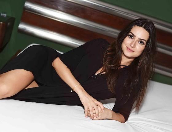 Thaila Ayala posa em uma das camas da suíte duplex do motel Vips, local da festa (Foto: Ari Kaye)
