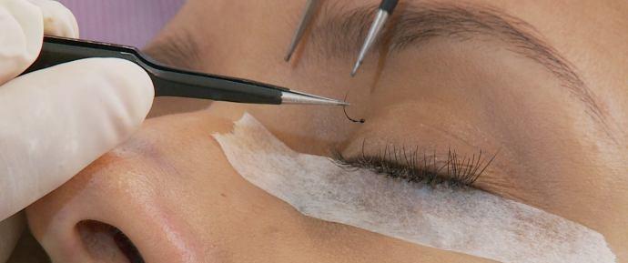 Alongamento de cílios é a nova tendência entre as mulheres  (Foto: Reprodução / TV Diário )