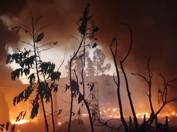 Fogo destruiu parte da empresa em Carmo da Mata (Foto: Thiago Goes/Jornal A Notícia)