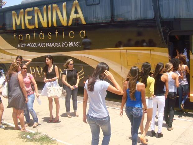 Meninas aguardam para serem avaliadas no ônibus do Menina Fantástico (Foto: Teresa Dias/G1)