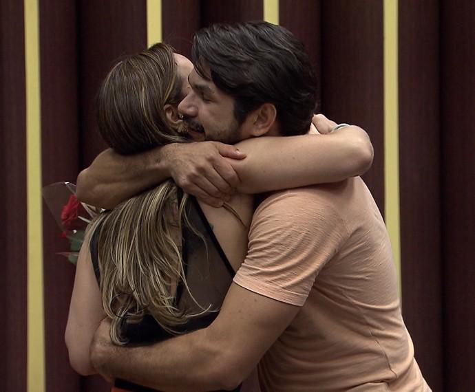 Viviane Araújo abraça o professor Marcelo Grangeiro (Foto: Gshow)