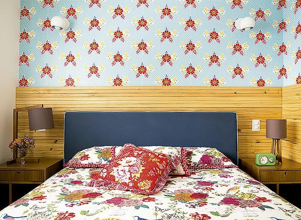 No quarto do casal, o papel de parede de Catalina Estrada é emoldurado pelo painel de pínus fosco. Colcha e almofadas da Pip Studio. Luminárias da Cristiana Bertolucci Estúdio (Foto: Edu Castello/ Editora Globo)