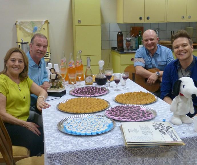 Michel Teló com sua família na antiga casa recriada no 'Caldeirão' (Foto: Juliana Hippert / Gshow)