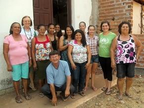 Daniele, de camiseta verde, junto a população de Bom Jesus do Gurgeia (PI) (Foto: Divulgação/ Pastoral da Criança)