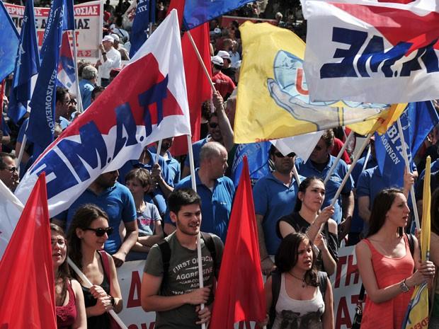 Manifestantes se reúnem em praça de Atenas, na Grécia, durante protestos neste 1º de maio (Foto: Louisa Gouliamaki/AFP)