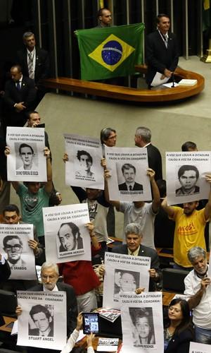 O deputado federal Jair Bolsonaro (PP-RJ), aguarda momento de falar enquanto colegas protestam contra sua defesa da ditadura (Foto: Andre Dusek/Estadão Conteúdo)