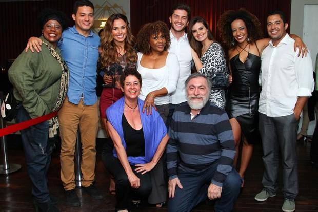 Camila Queiroz e Klebber Toledo posam juntos em show  (Foto: Anderson Borde / AgNews)