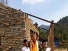 Príncipe Harry visita o Nepal e conversa com vítimas de terremoto