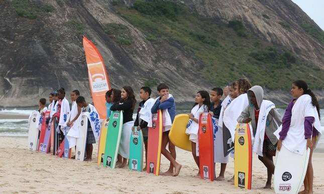 Crianças da rede municipal de ensino participam de ação social no Itacoatiara Pro