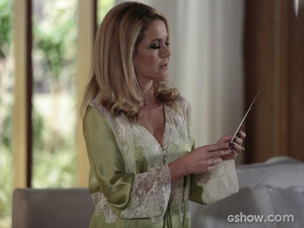 Depois que Jonas vai embora, Pamela acha cartão de Herval. E agora? (Foto: Felipe Monteiro/TV Globo)