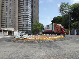 Garis iniciaram o recolhimneto do lixo acumulado na zona Leste de Natal (Foto: Caroline Holder/G1)