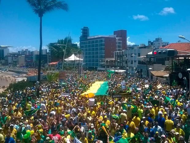 Manifestantes chegam ao Cristo, ponto de retorno, em Salvador. Bahia 11h45 (Foto: Henrique Mendes/ G1)