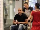 Em cadeira de rodas, Adriano vai a shopping no Rio