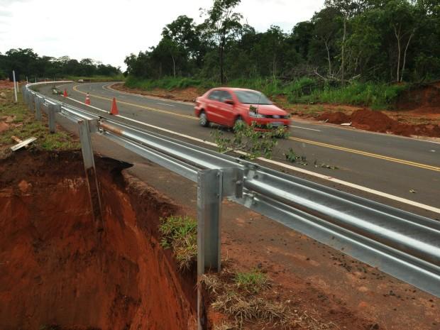 Cratera surge em rodovia de MS após forte chuva (Foto: Marcos Antonio dos Reis/ Alcinópolis.com)