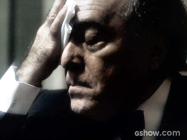 Braga passa mal ao ver as cenas (Foto: O Rebu / TV Globo)