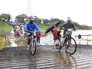 Grupo de voluntários enfrentou a chuva e 14 km de trajeto para entregar as bicicletas  (Foto: Rafael Stedile/Divulgação)