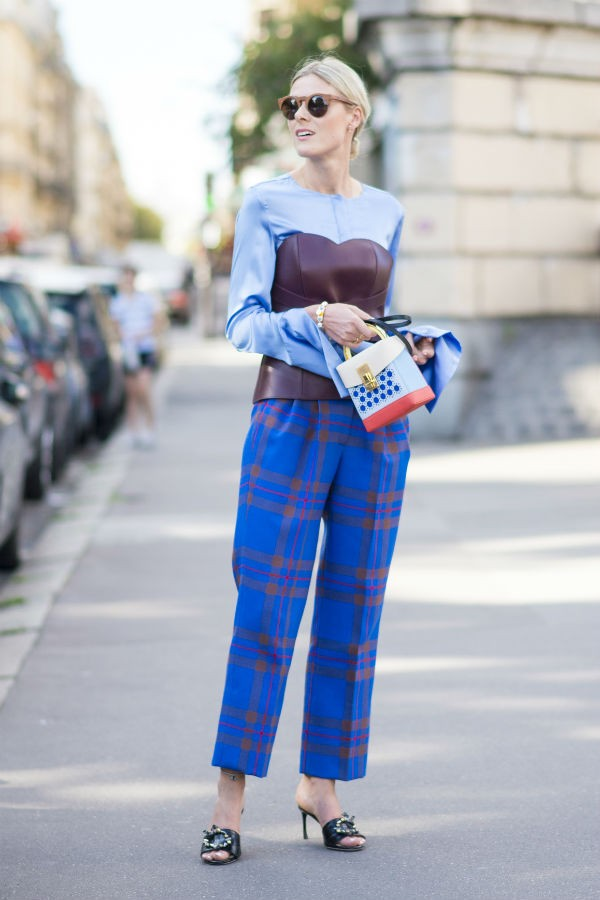 Com calças de alfaiataria, a peça garante feminilidade (Foto: imaxtree)