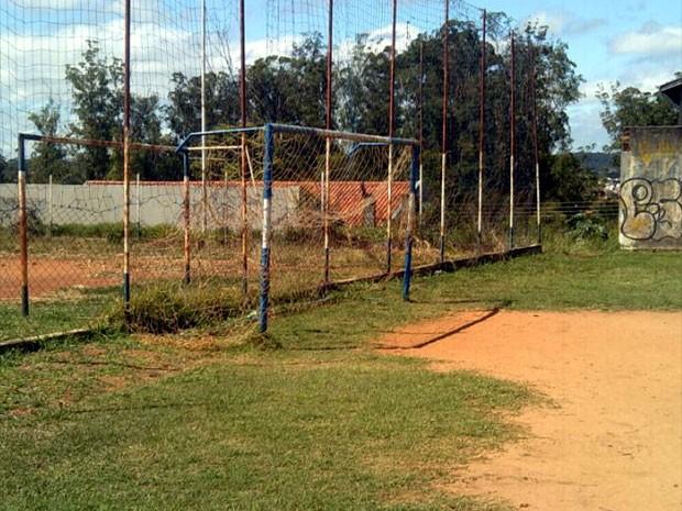 Quadra de esporte abandonada no Vila Campos Sales  (Foto: Danilo Botelho Sanches / VC no G1)