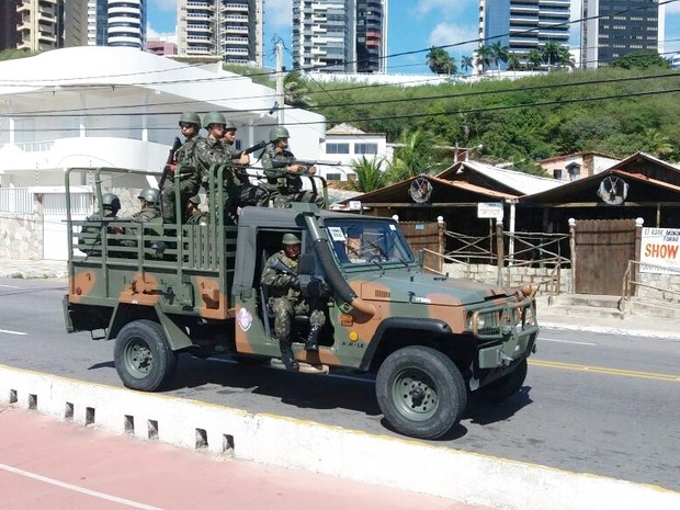 Militares do Exército patrulham as praias de Natal (Foto: Fred Carvalho/G1)
