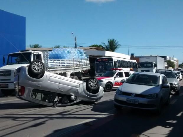 Veículo capota e causa congestionamento no Barro Duro (Foto: Douglas França/TV Gazeta)