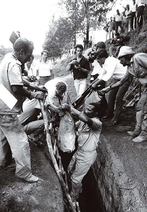 A retirada das ossadas em 1990 (Foto: Ignacio Aronovich/Lost Art/ÉPOCA)