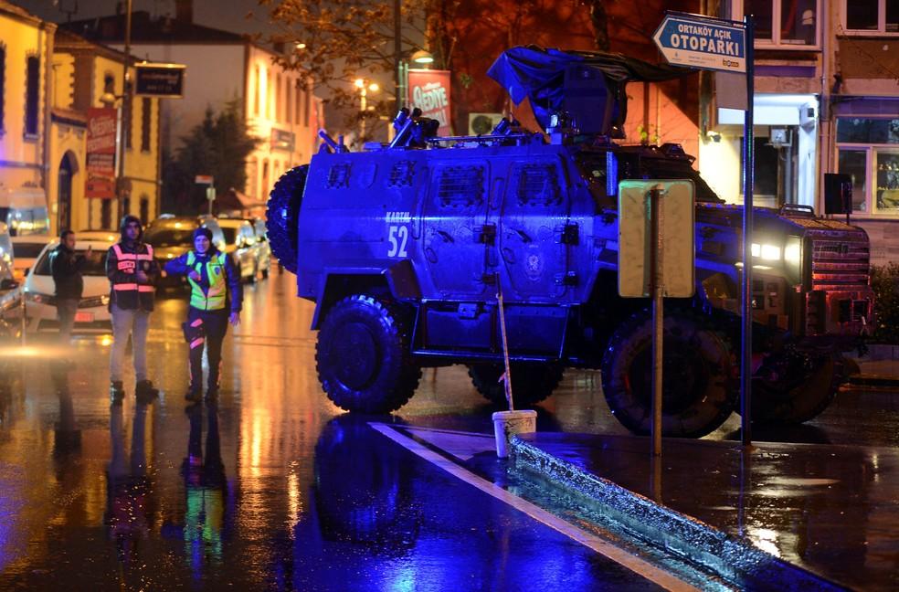 Veículo da polícia bloqueia rua em Istambul, na Turquia, após um tiroteio da boate Reina (Foto: Ismail Coskun/Reuters)