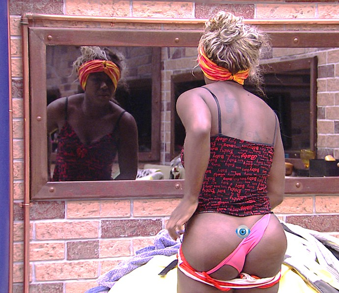 Adélia paga cofrinho Dia na casa  14_2 (Foto: TV Globo)