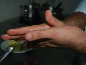 Em seguida, unte as mãos com manteiga sem sal (Foto: Eliena Monteiro/G1 AM)