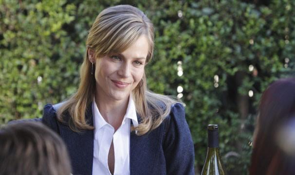 Julie Benz na pele de Stephanie Powell, em Família de Heróis (Foto: Divulgação / Disney Media Distribution)